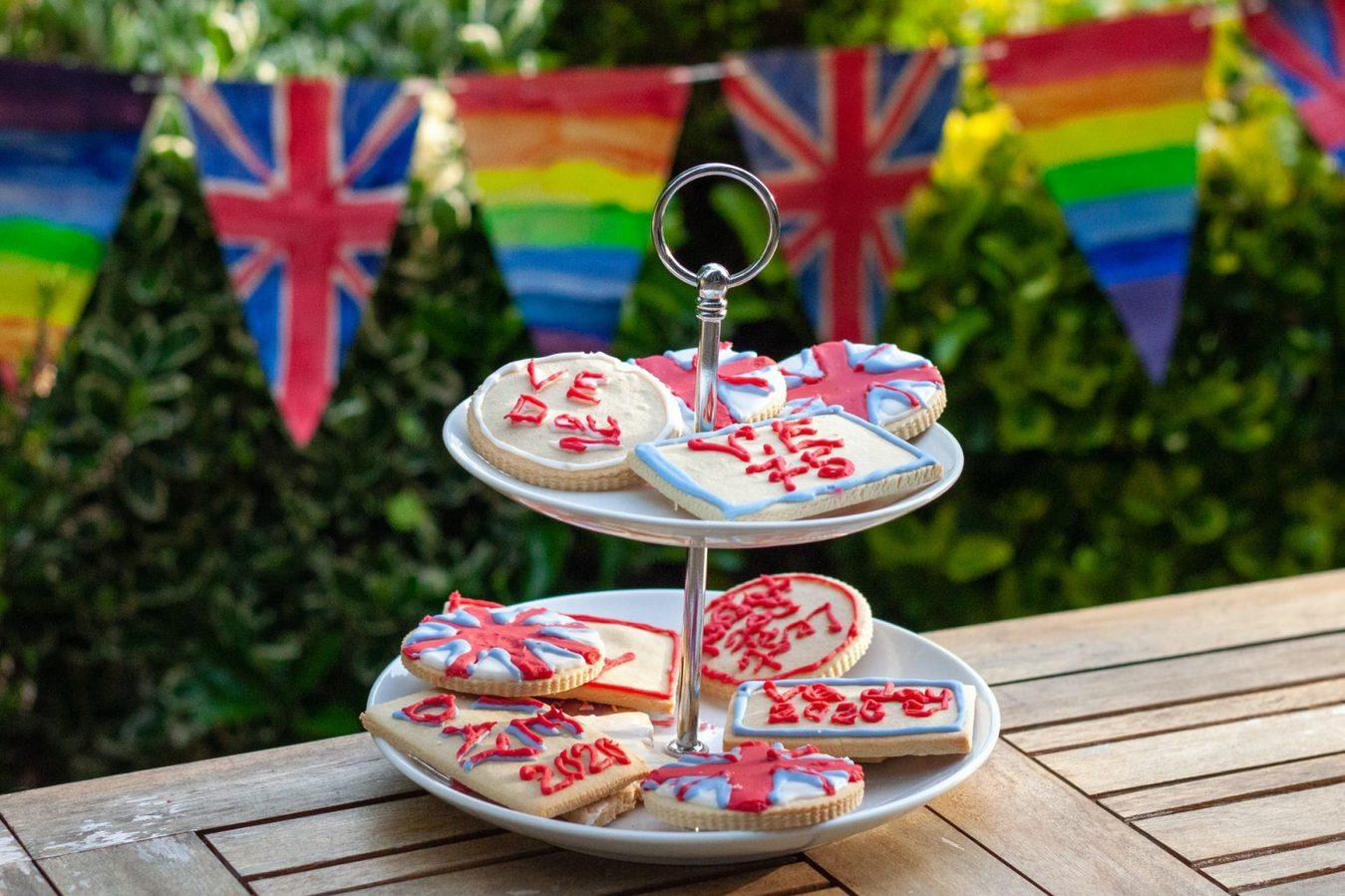 bánh ngọt được đặt trên bàn để trong vườn