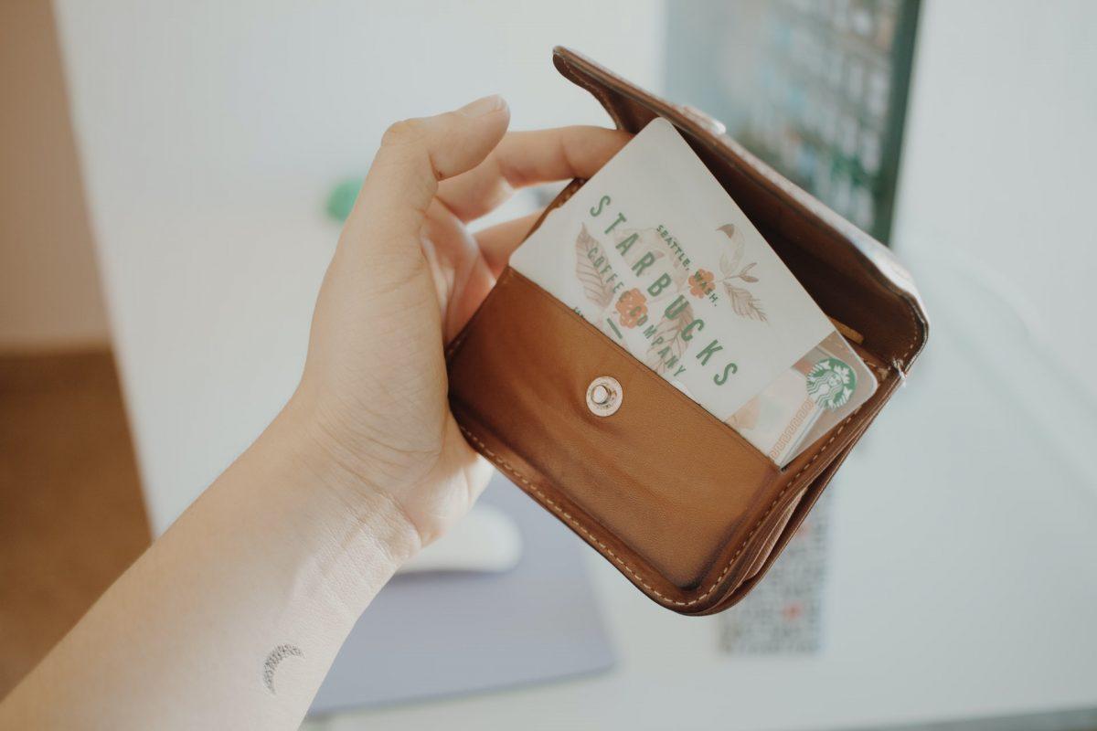 Cartão de fidelidade do Starbucks na carteira