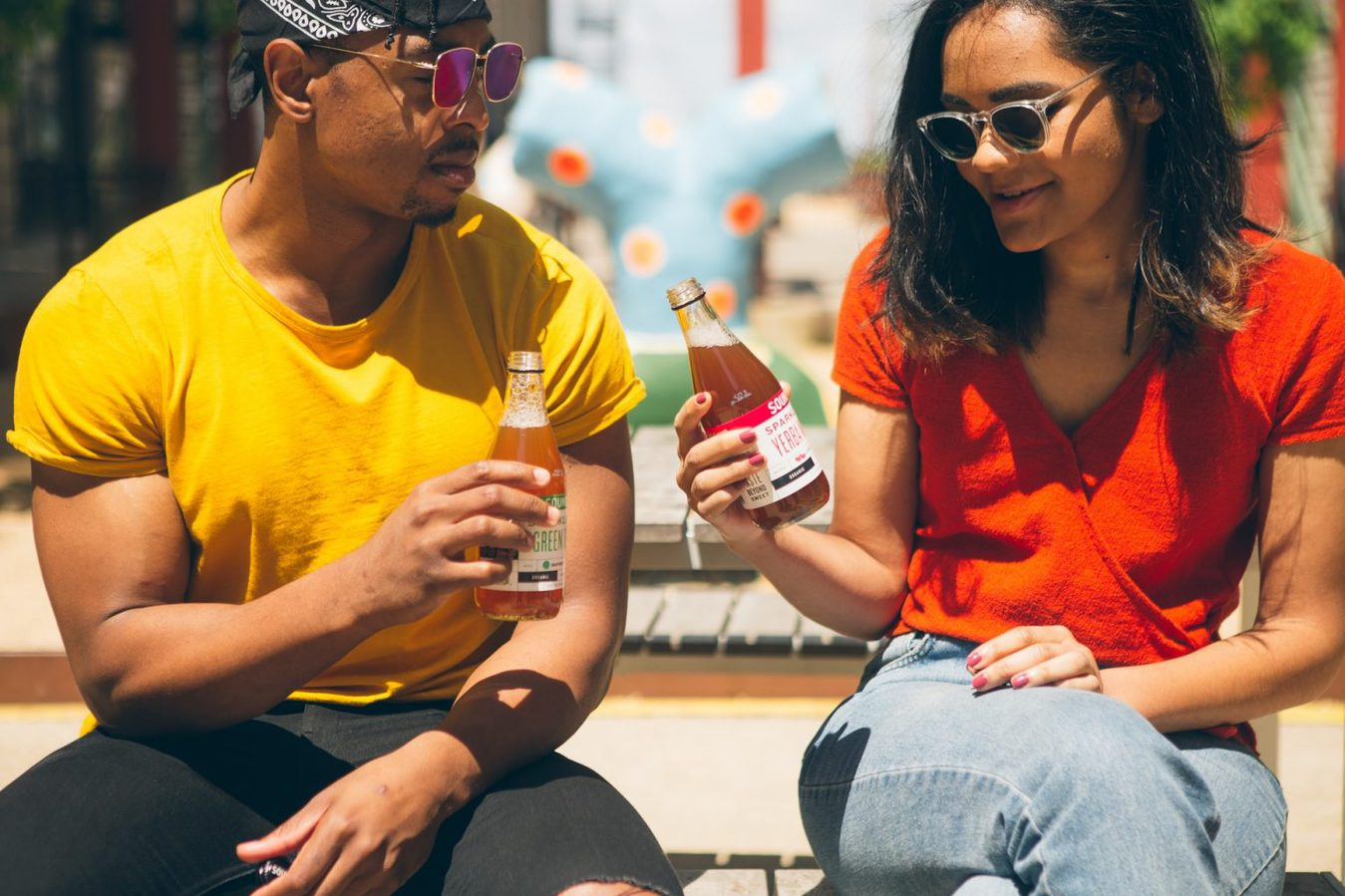 Due amici che bevono una soda