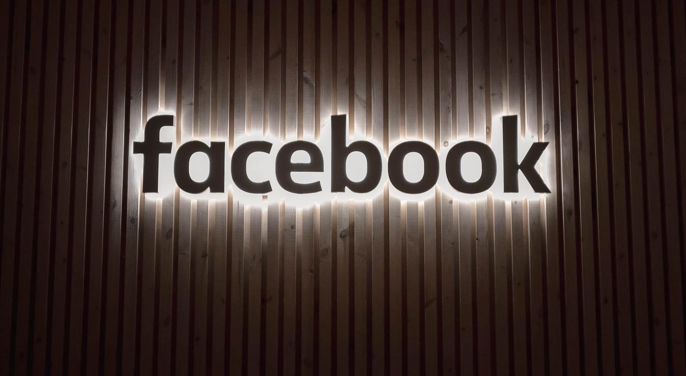 biểu tượng facebook phát sáng trên tường