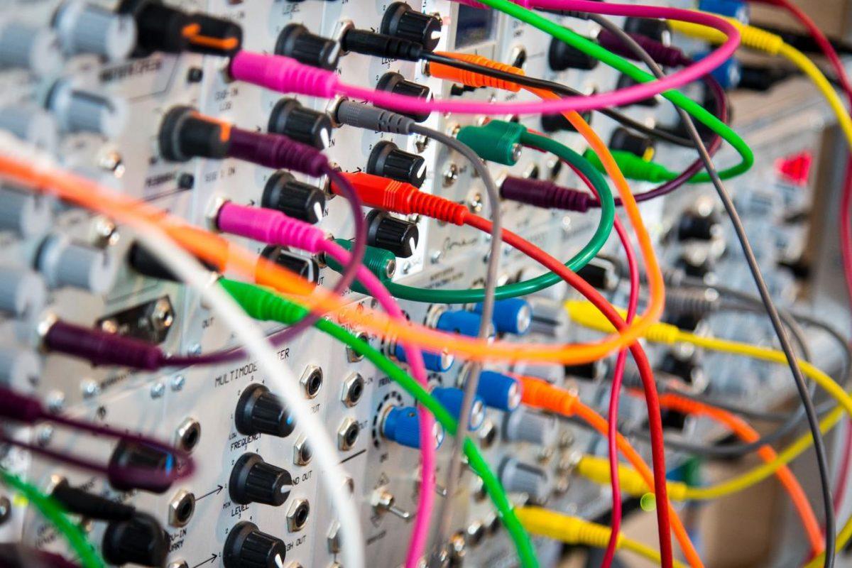 Vários fios coloridos formando conexões