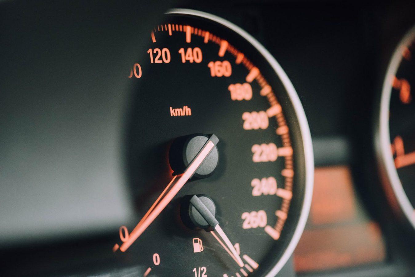 Indicatore di velocità dell'auto con luci arancioni