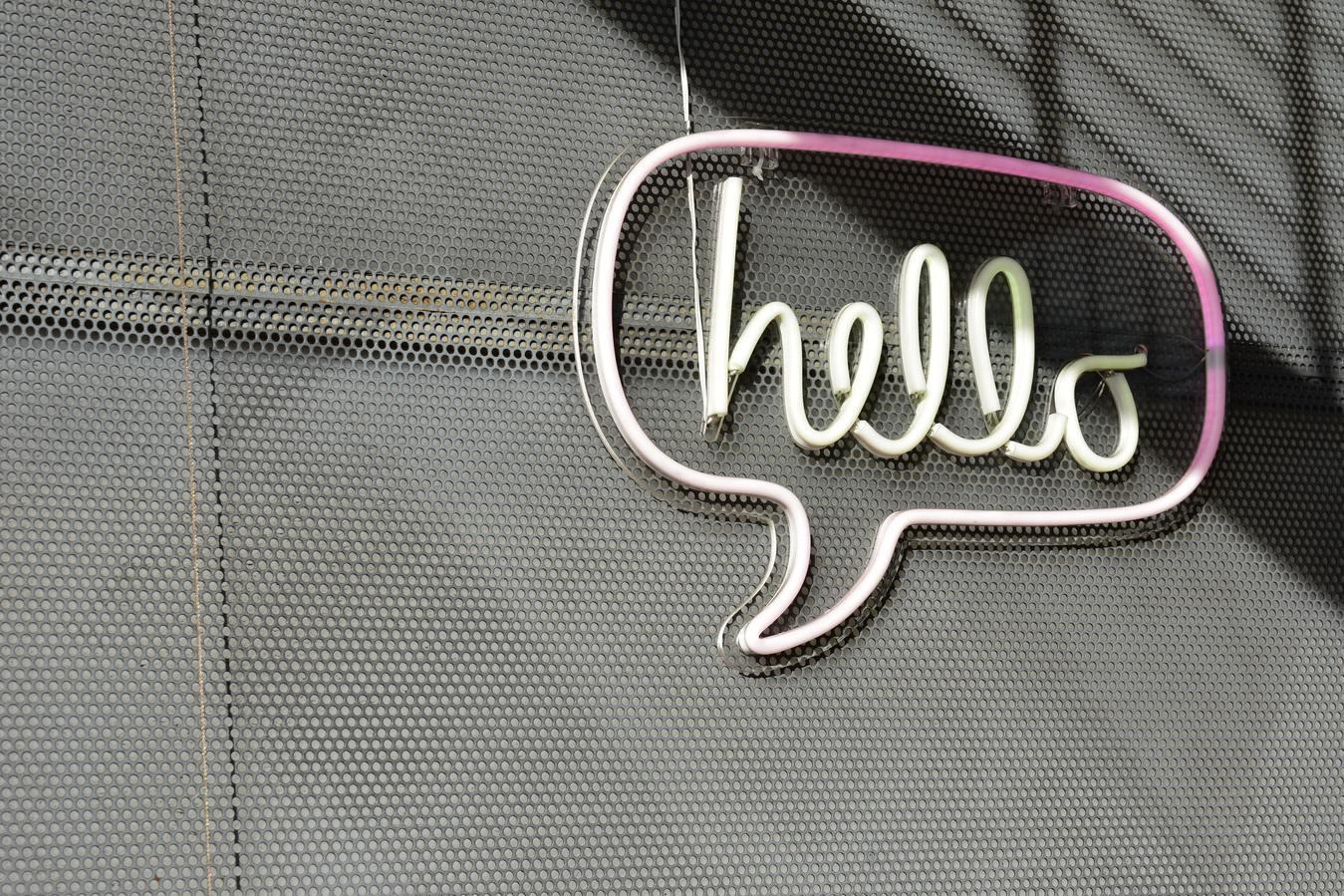 Insegna Hello su uno sfondo grigio