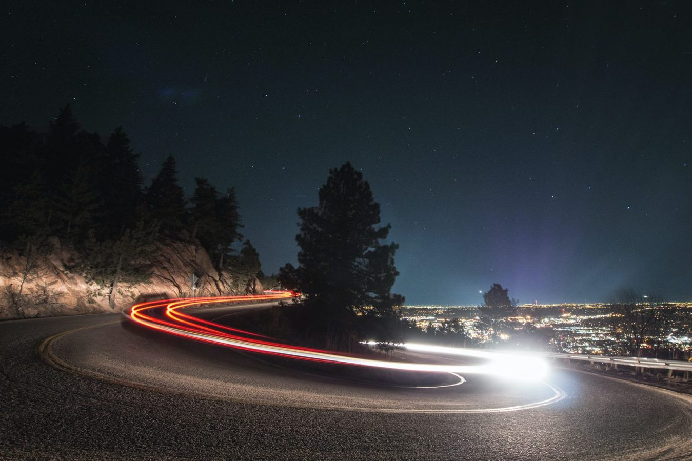 Una lunga esposizione mostra le luci delle auto sulla strada