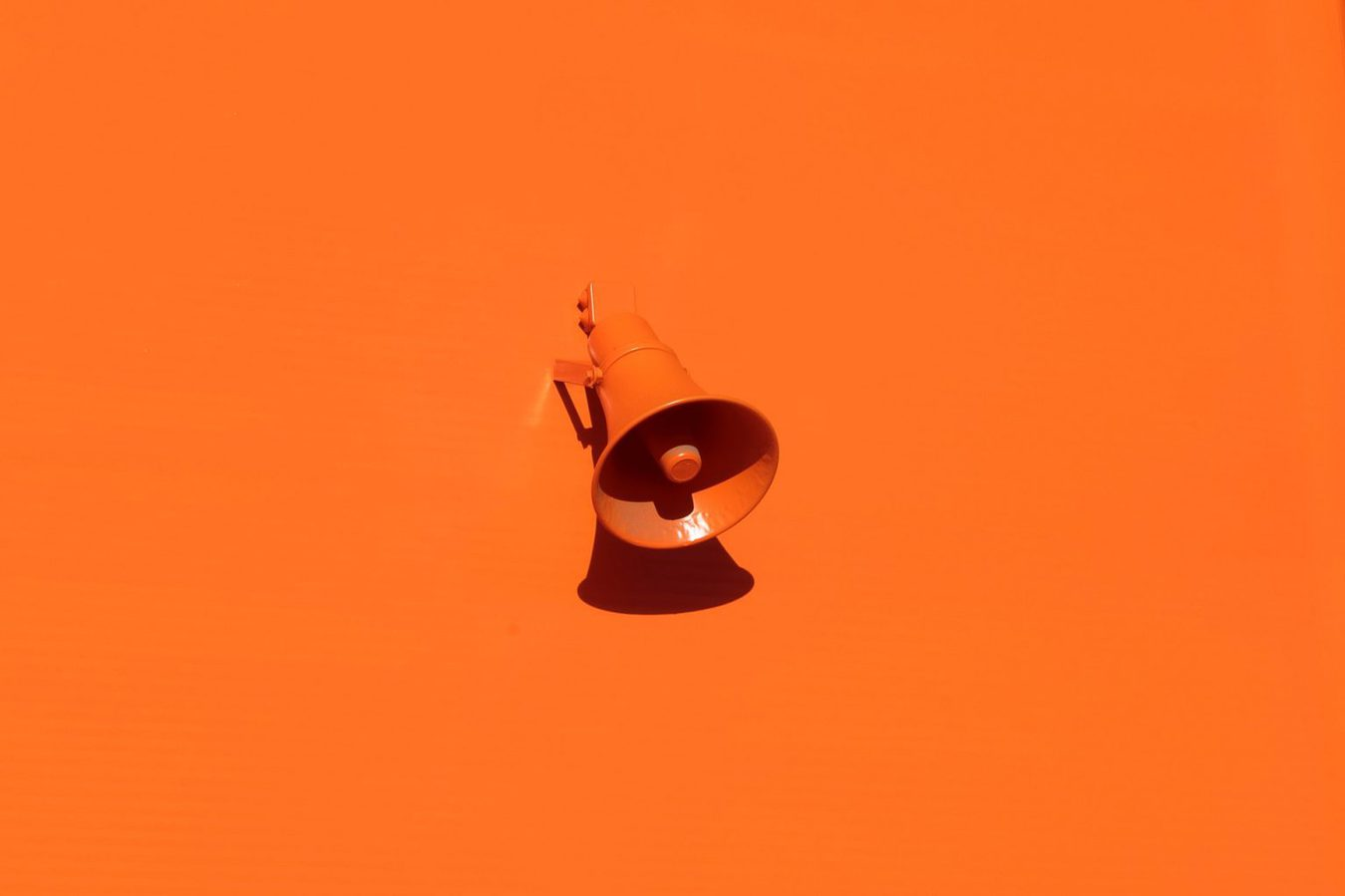 Megafono su sfondo arancione