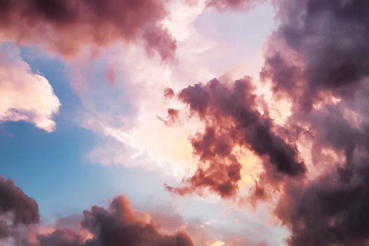 Nuvens azuis e rosa