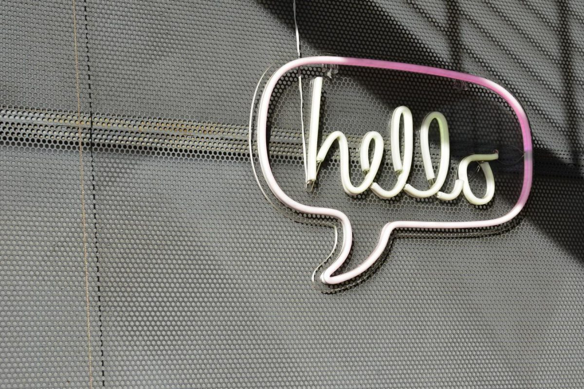 bảng treo ghi chữ hello
