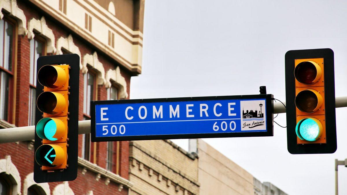 """Placa escrito """"e-commerce"""" perto de um semáforo"""