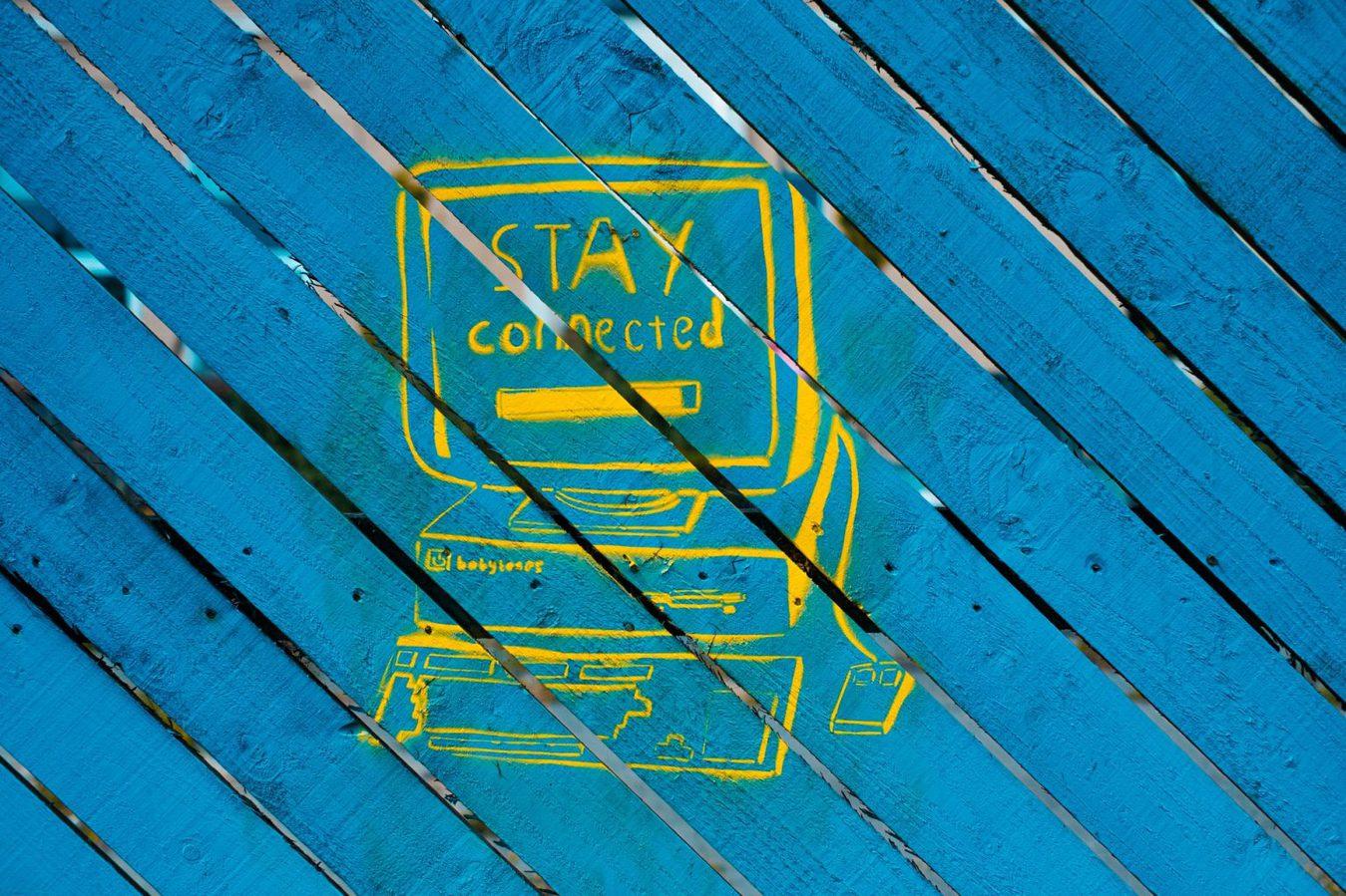 Tekening van een computer beeldscherm op een blauwe achtergrond