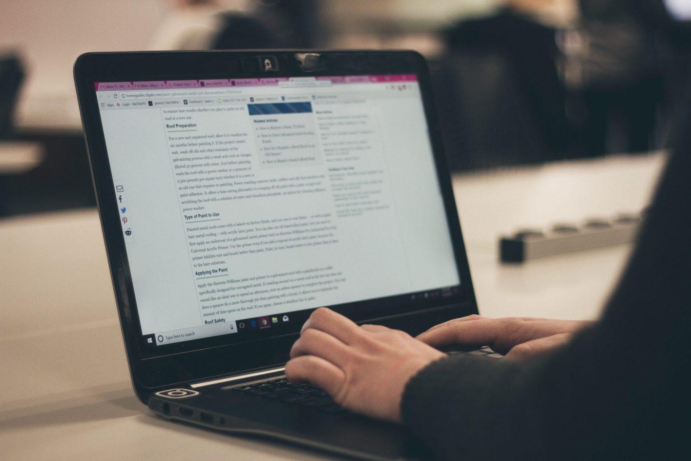 Persona escribiendo un blog en una laptop