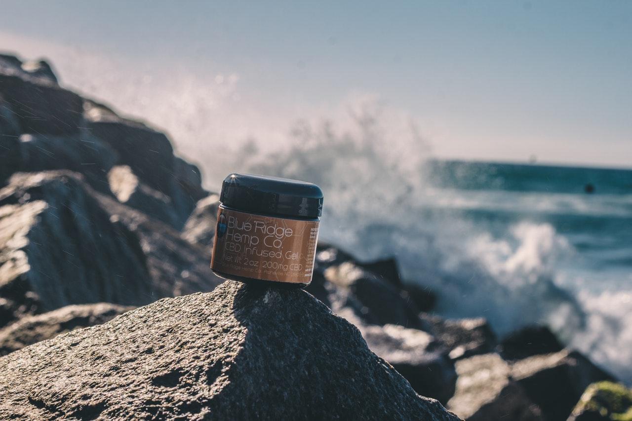 Een schoonheidsproduct op een steen bij een strand