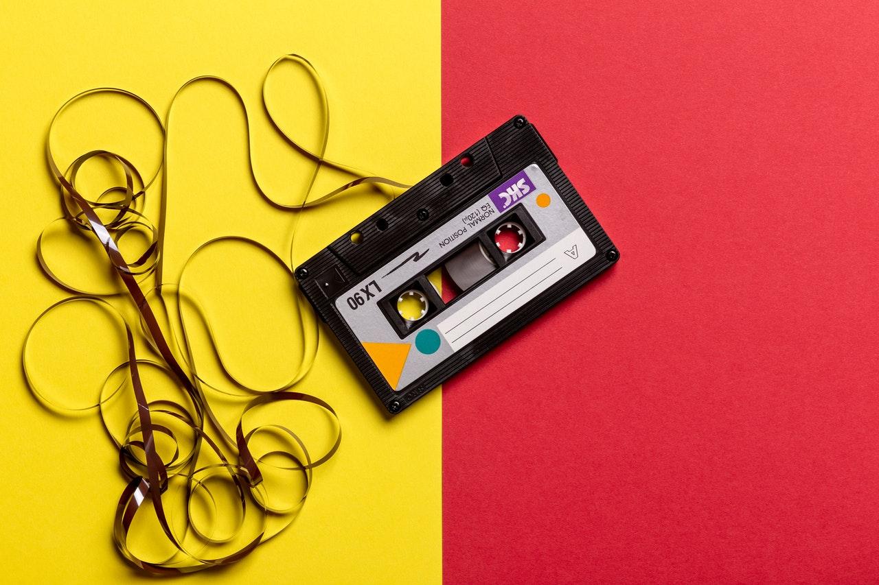 Cinta de casete negra sobre un fondo rojo y amarillo