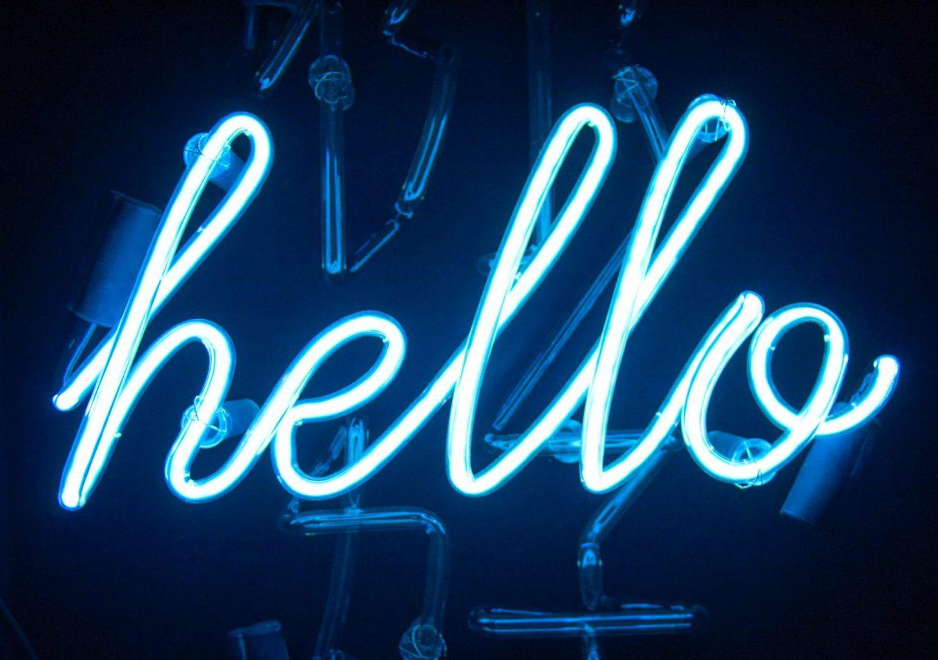 blauw neon bord dat 'hallo' zegt in cursief schrift