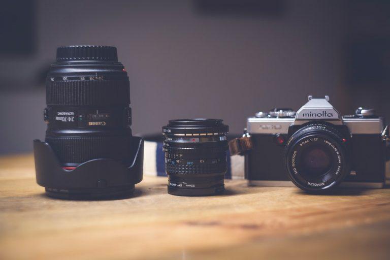 Câmera DSLR e lentes sobre a mesa