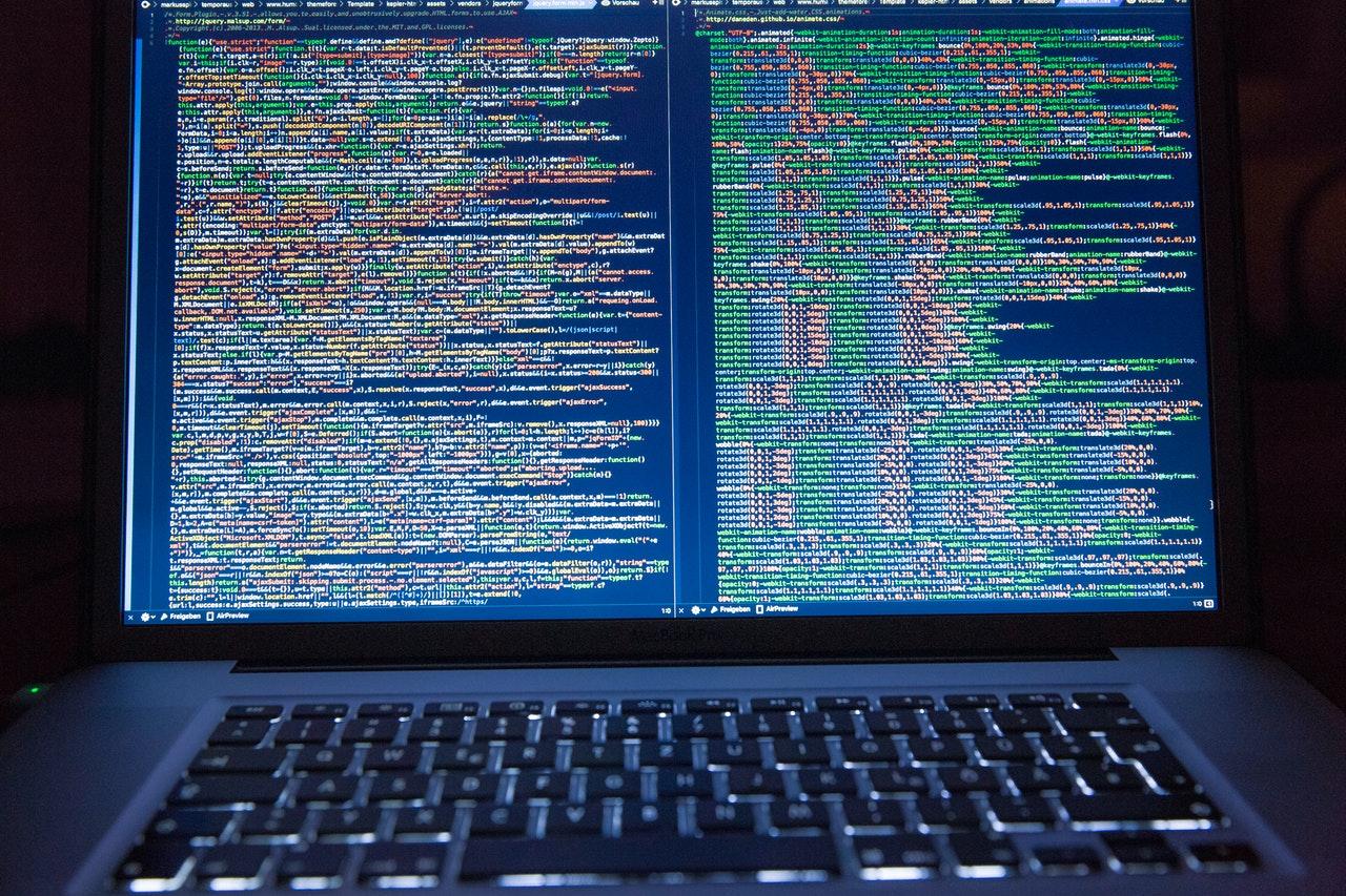 Código que se muestra en la pantalla de una computadora portátil