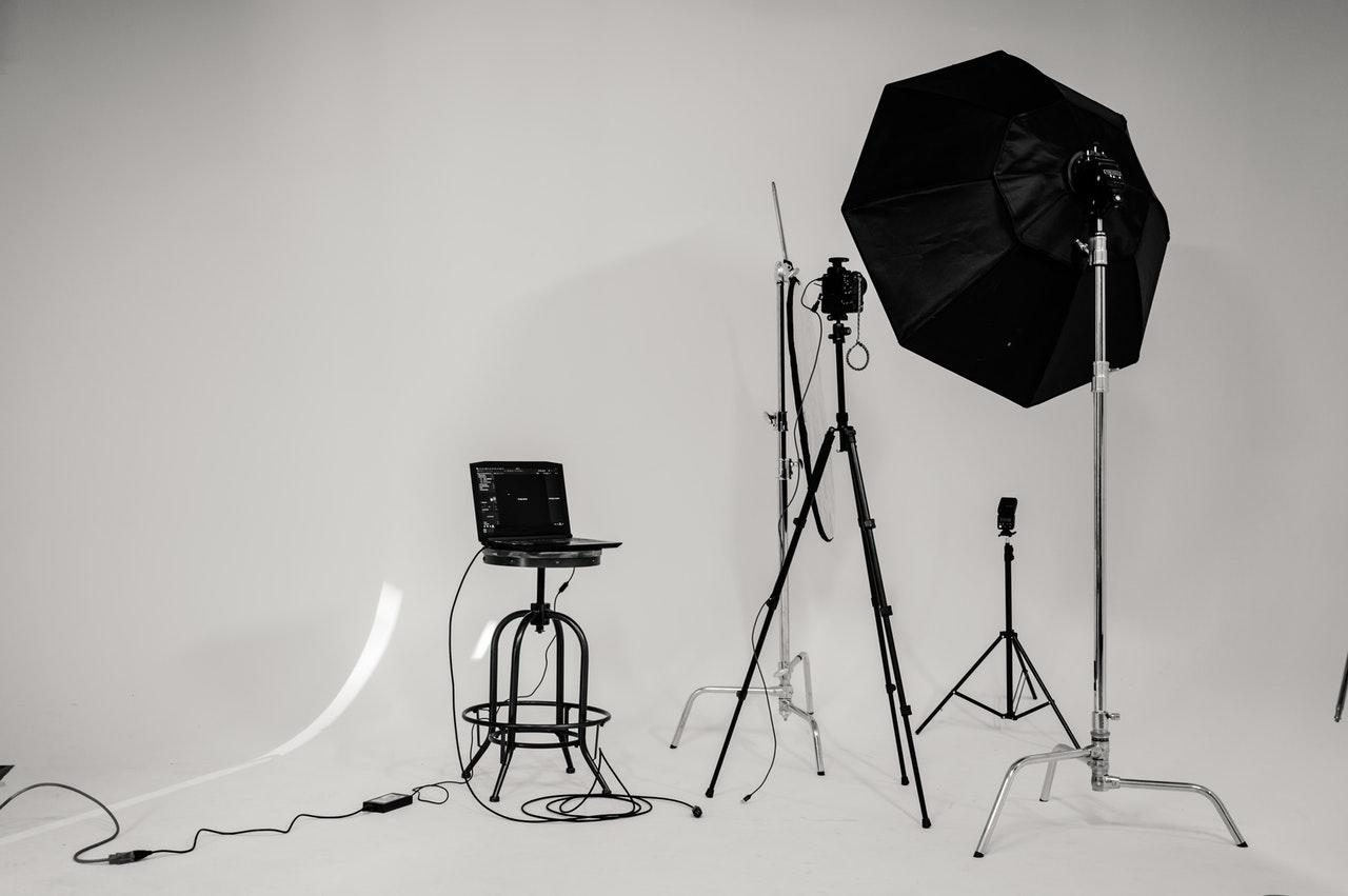 Configurazione di uno studio fotografico con uno sfondo bianco