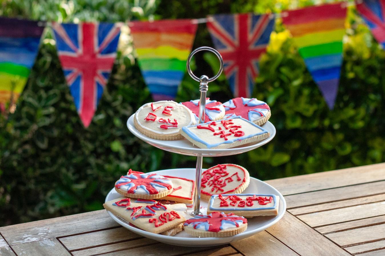 Bandeja de cookies em um jardim