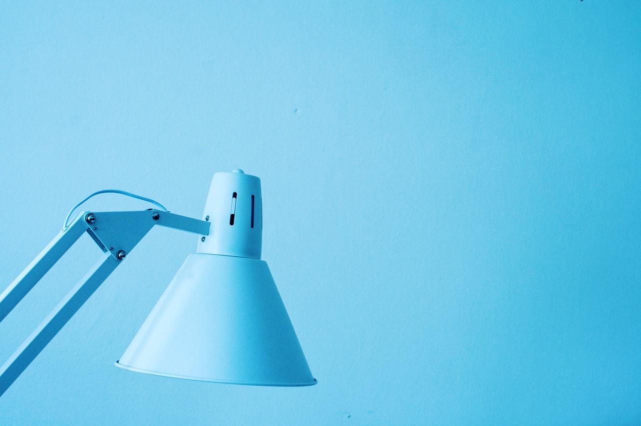 Đèn bàn màu xanh trên nền màu xanh
