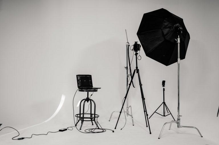 Estúdio de fotografia com fundo branco