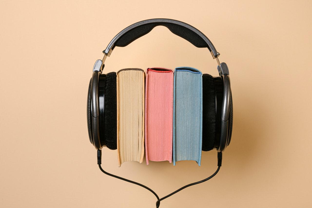 Audífonos para podcast con libros en medio