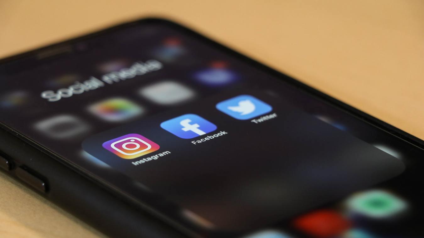 iPhone mostrando apps de redes sociais na tela