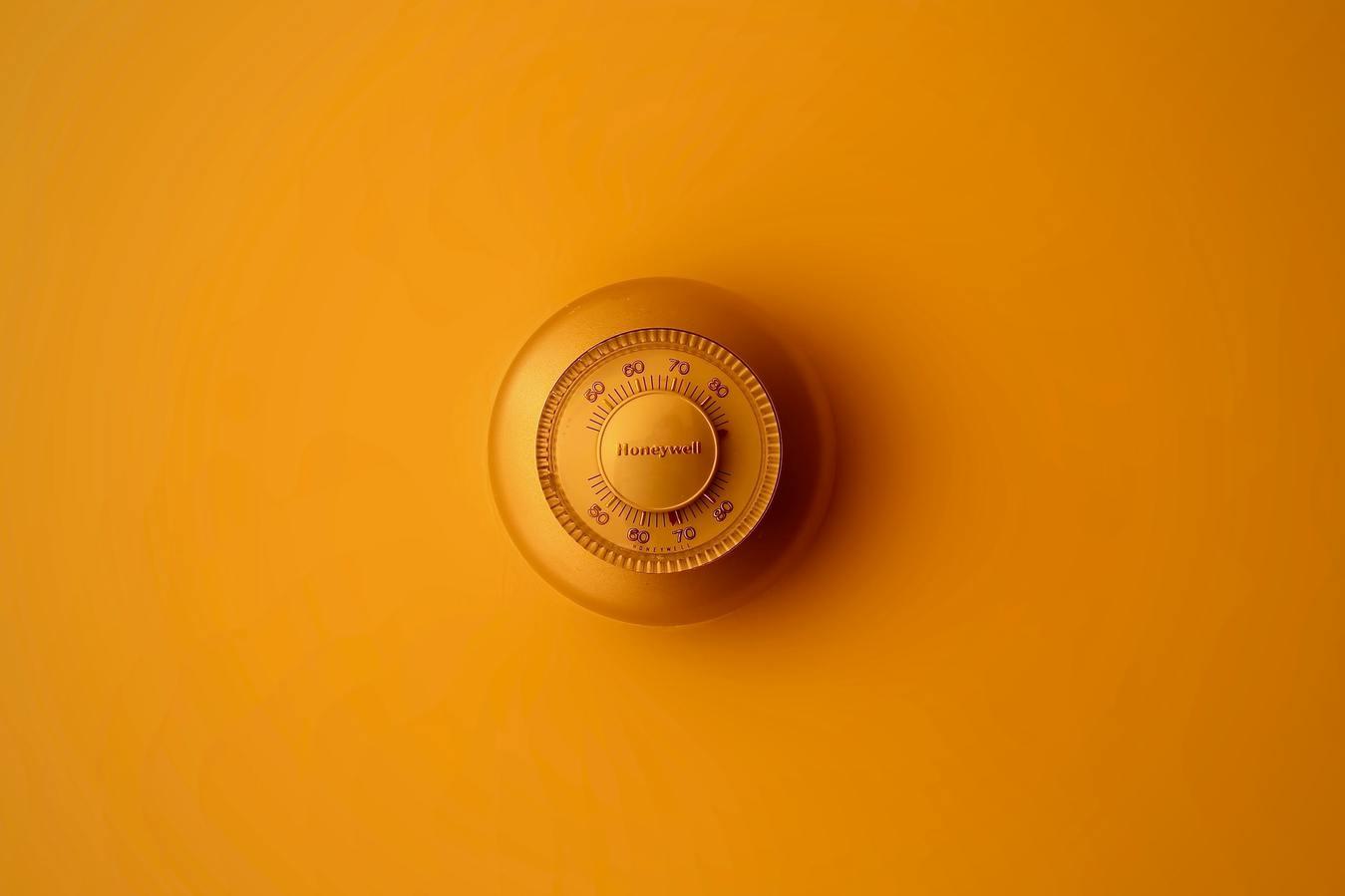 Kunci pengaman berlatar oranye