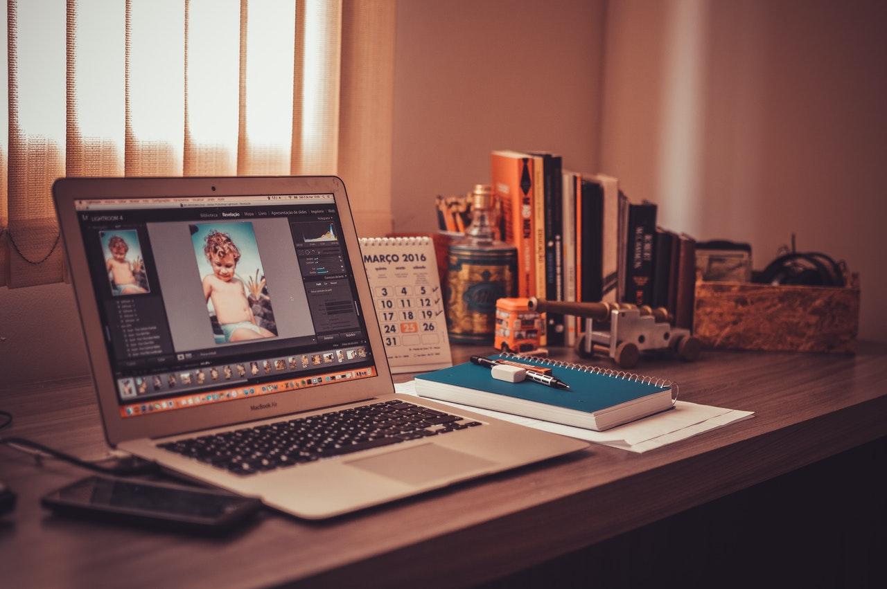 Photoshop geopend op een laptop op een bureau