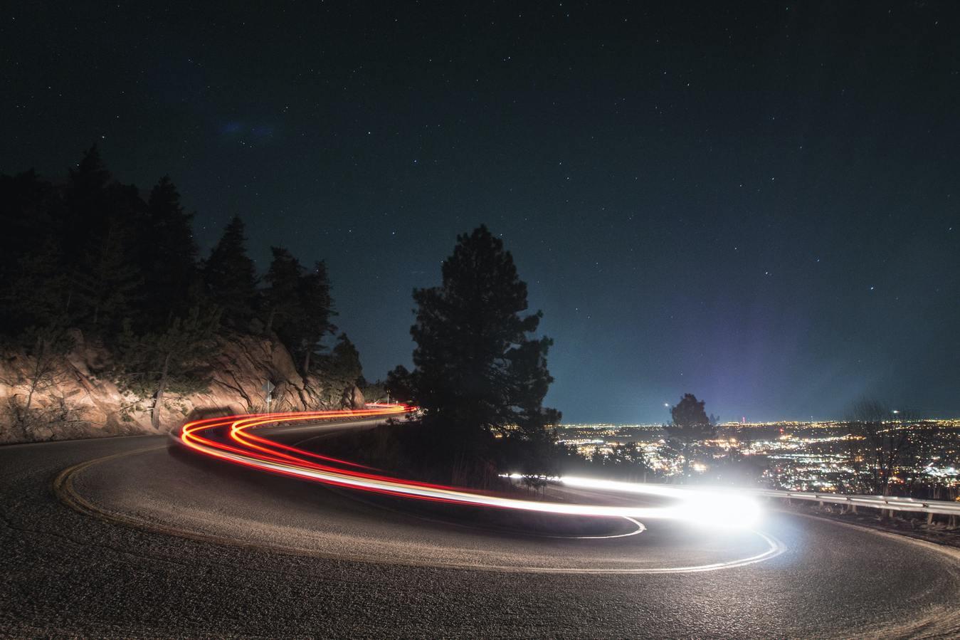 Luzes de farol na estrada