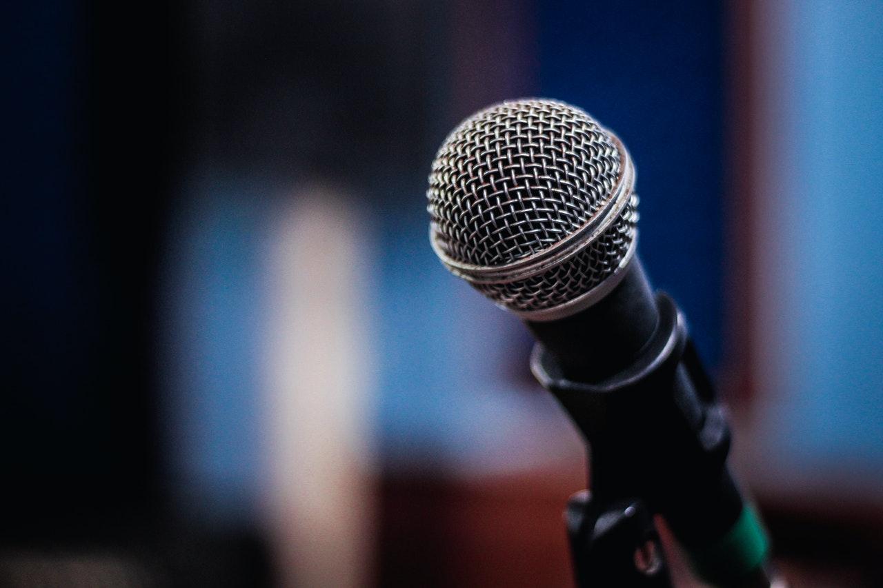 Micrófono contra un fondo azul borroso