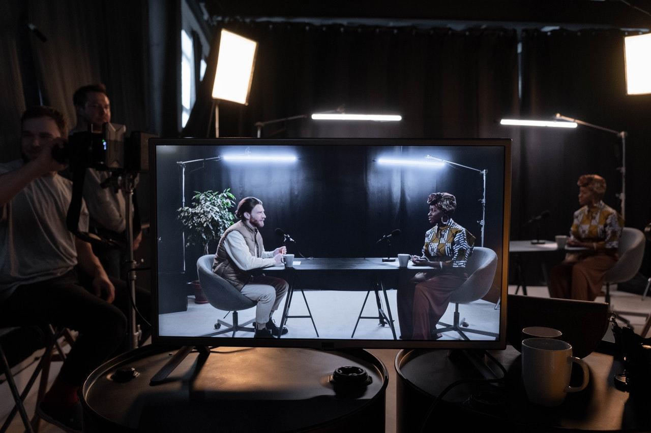 Una pantalla que muestra a dos personas haciendo una grabación de podcast
