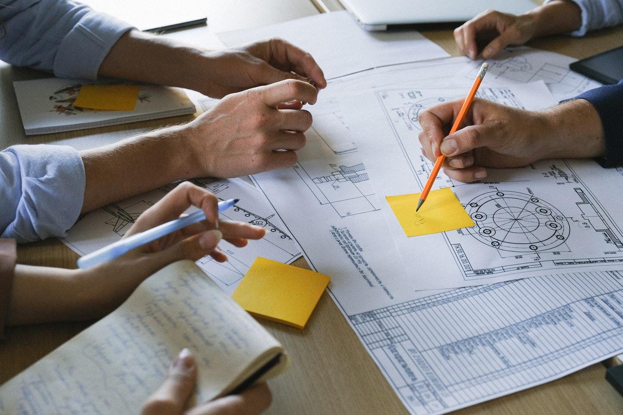 Personas que trabajan en documentos en una mesa