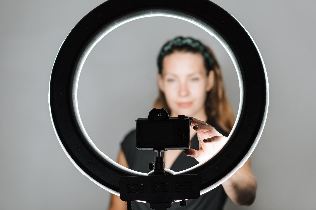 Persona che prova una ring light in uno studio