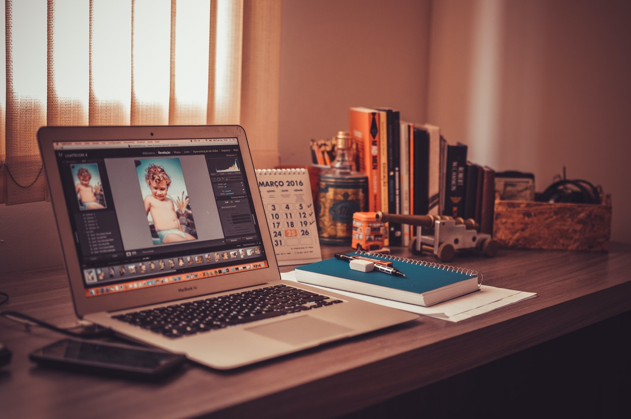 Photoshop aperto sul desktop di un laptop