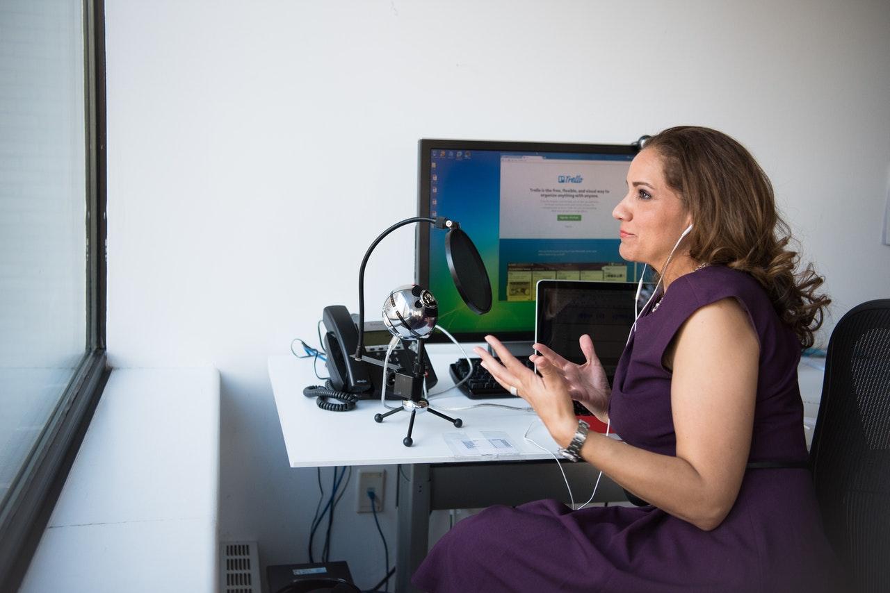 Mujer hablando en un micrófono