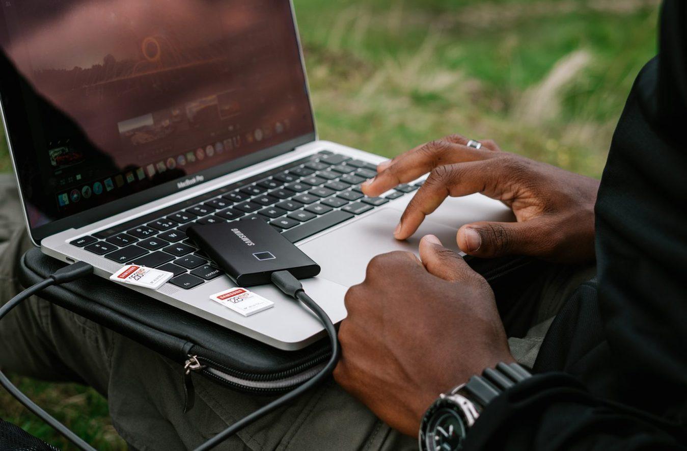 Persoon bewerkt foto's op laptop