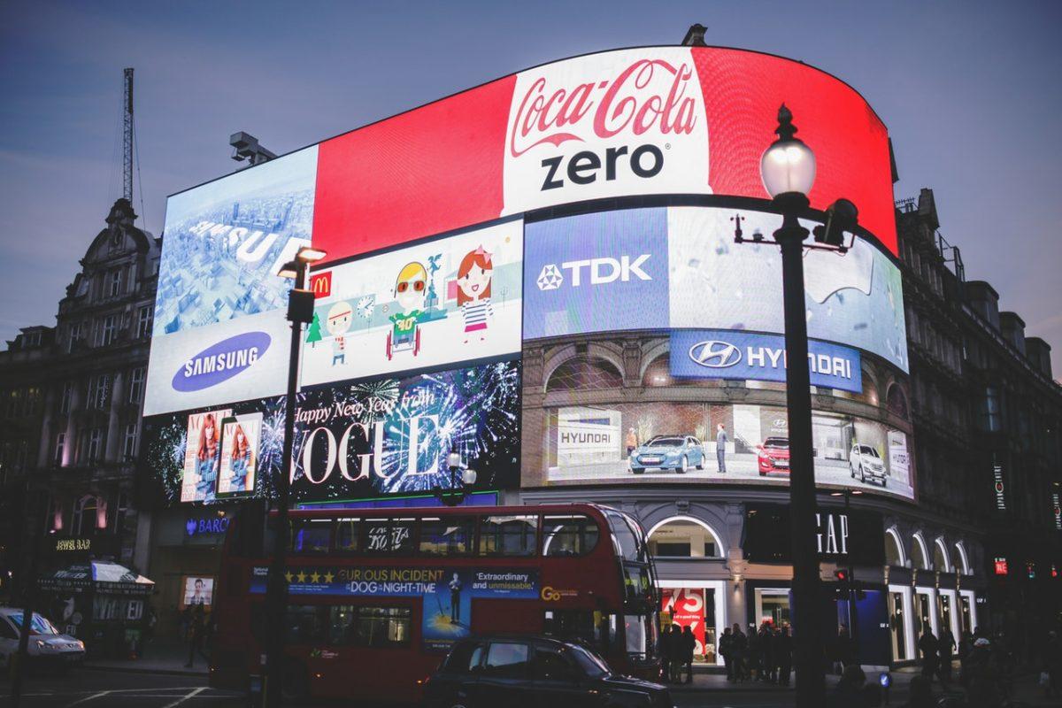 Anúncios em outdoors em Londres, com o céu noturno ao fundo