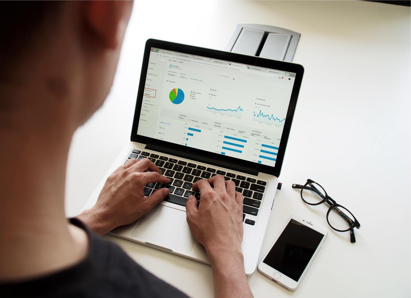 Homem trabalhando em marketing de afiliados usando um notebook