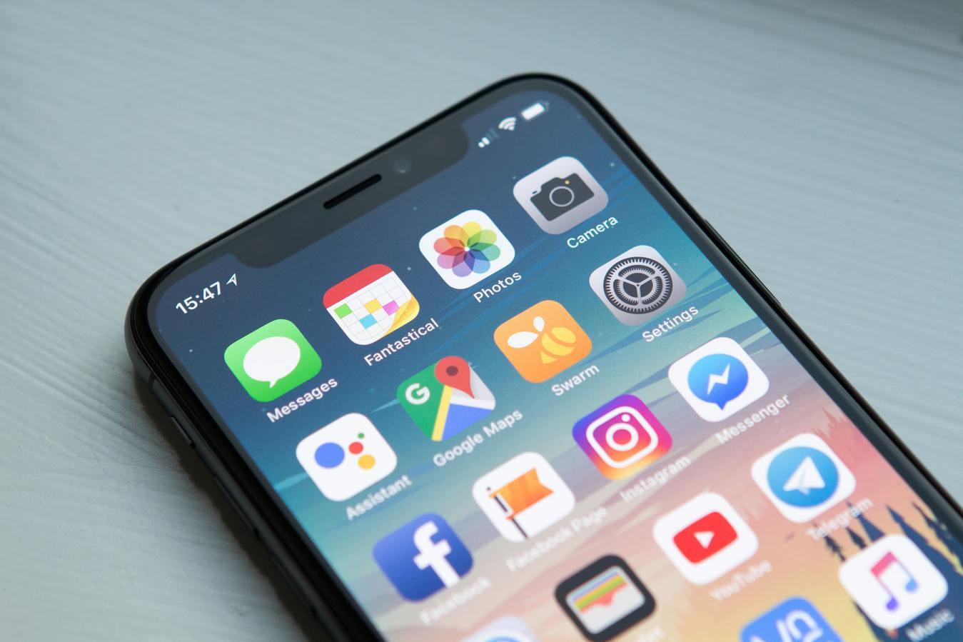 Layar iPhone menampilkan aplikasi