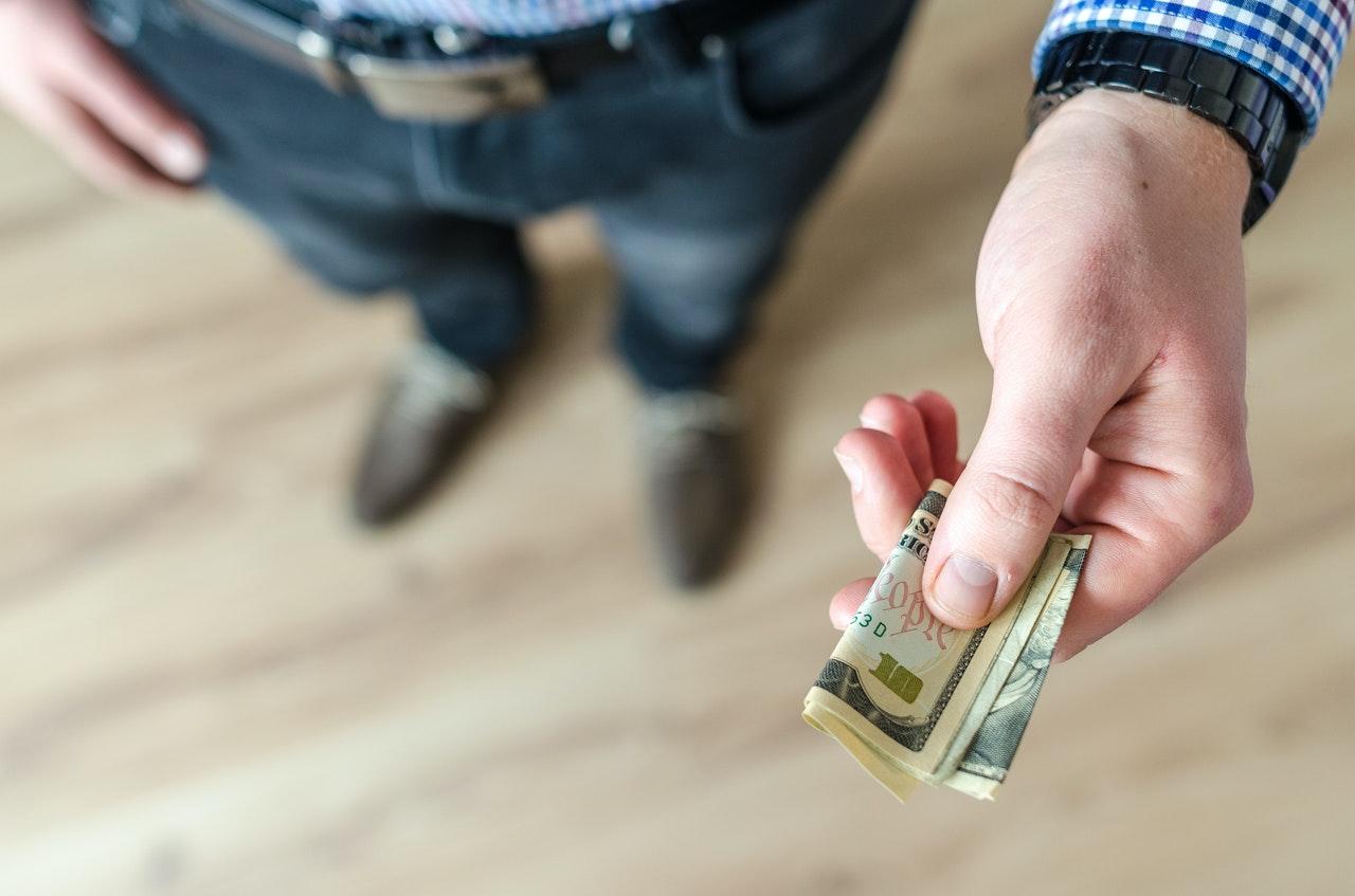 Persona che distribuisce contanti al chiuso