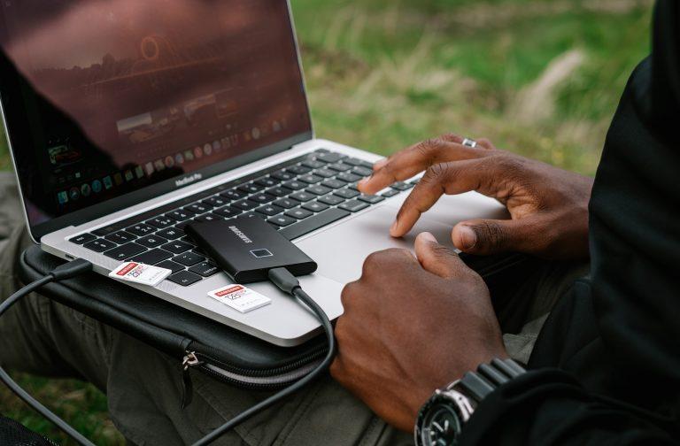 Persona che modifica immagini su un laptop