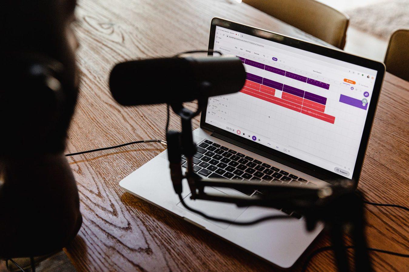 Pessoa gravando podcast