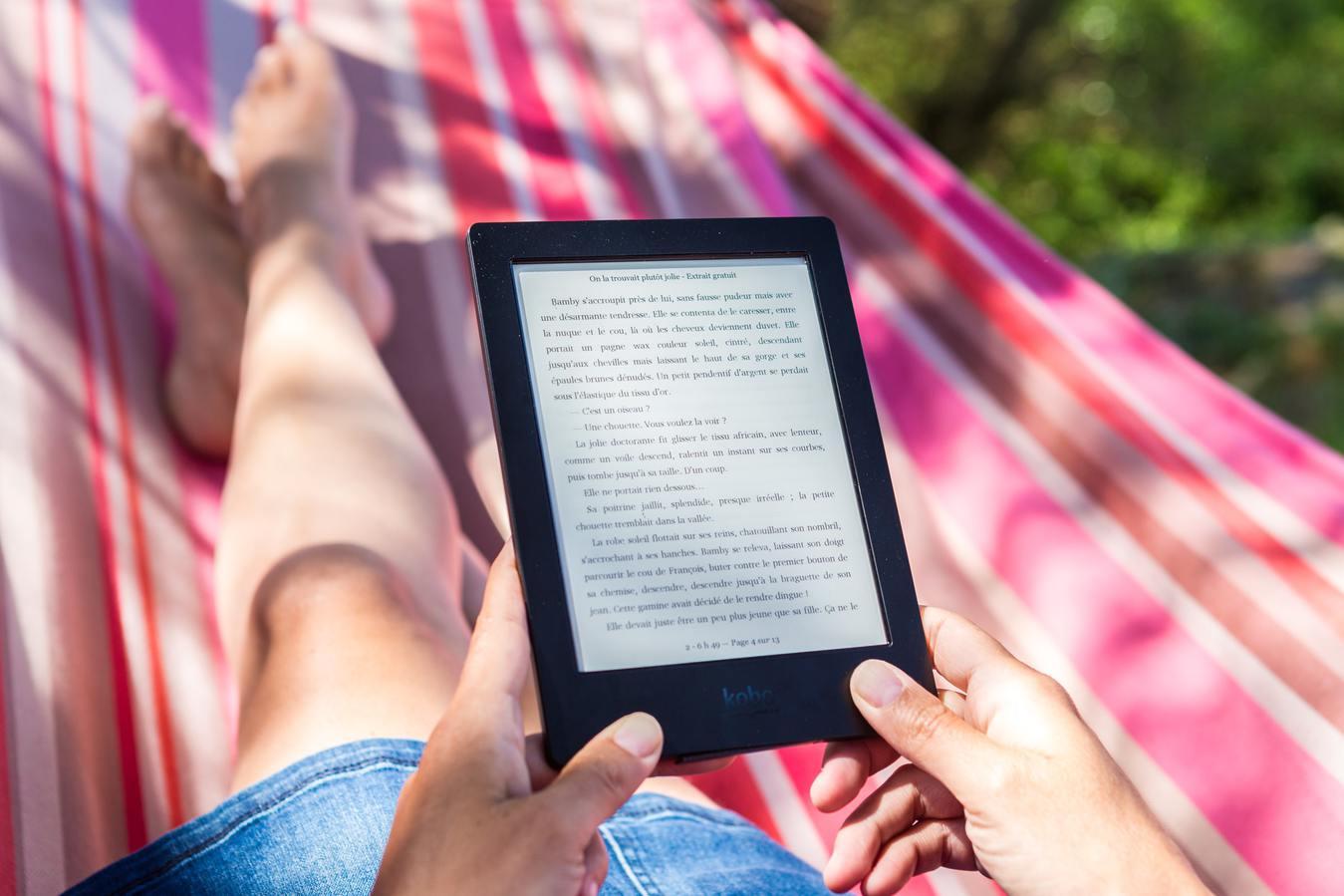 Pessoa lendo e-book ao ar livre