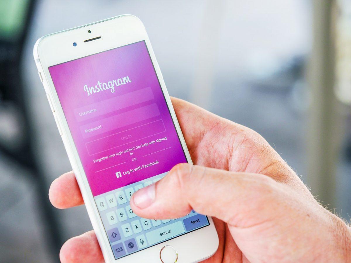 Pessoa segurando um celular com o Instagram aberto na tela