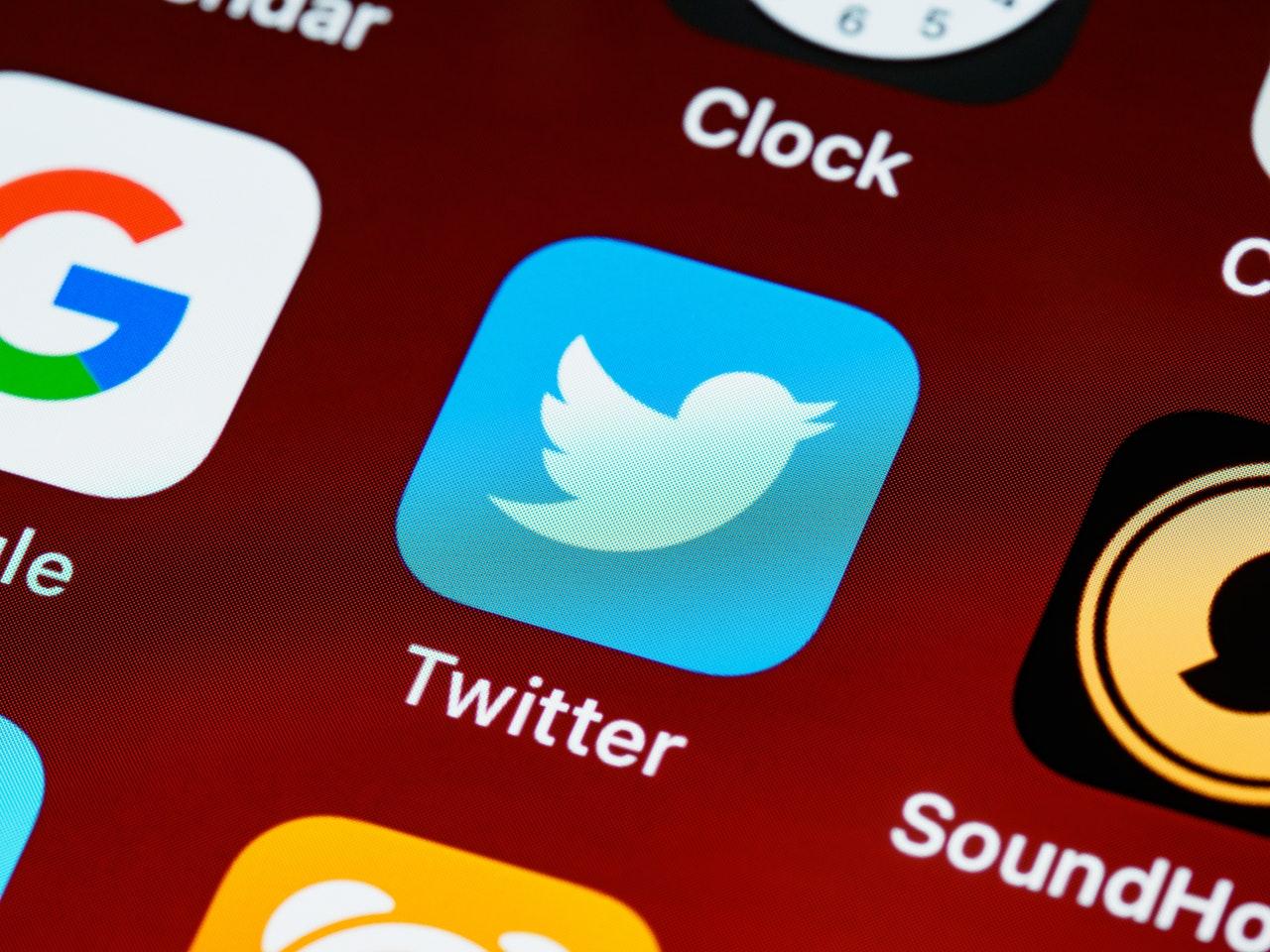 Primo piano di un'icona di app Twitter sullo schermo del telefono