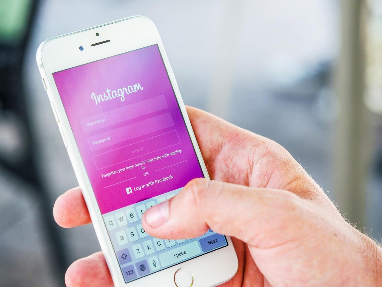 Seseorang membuka Instagram di smartphone
