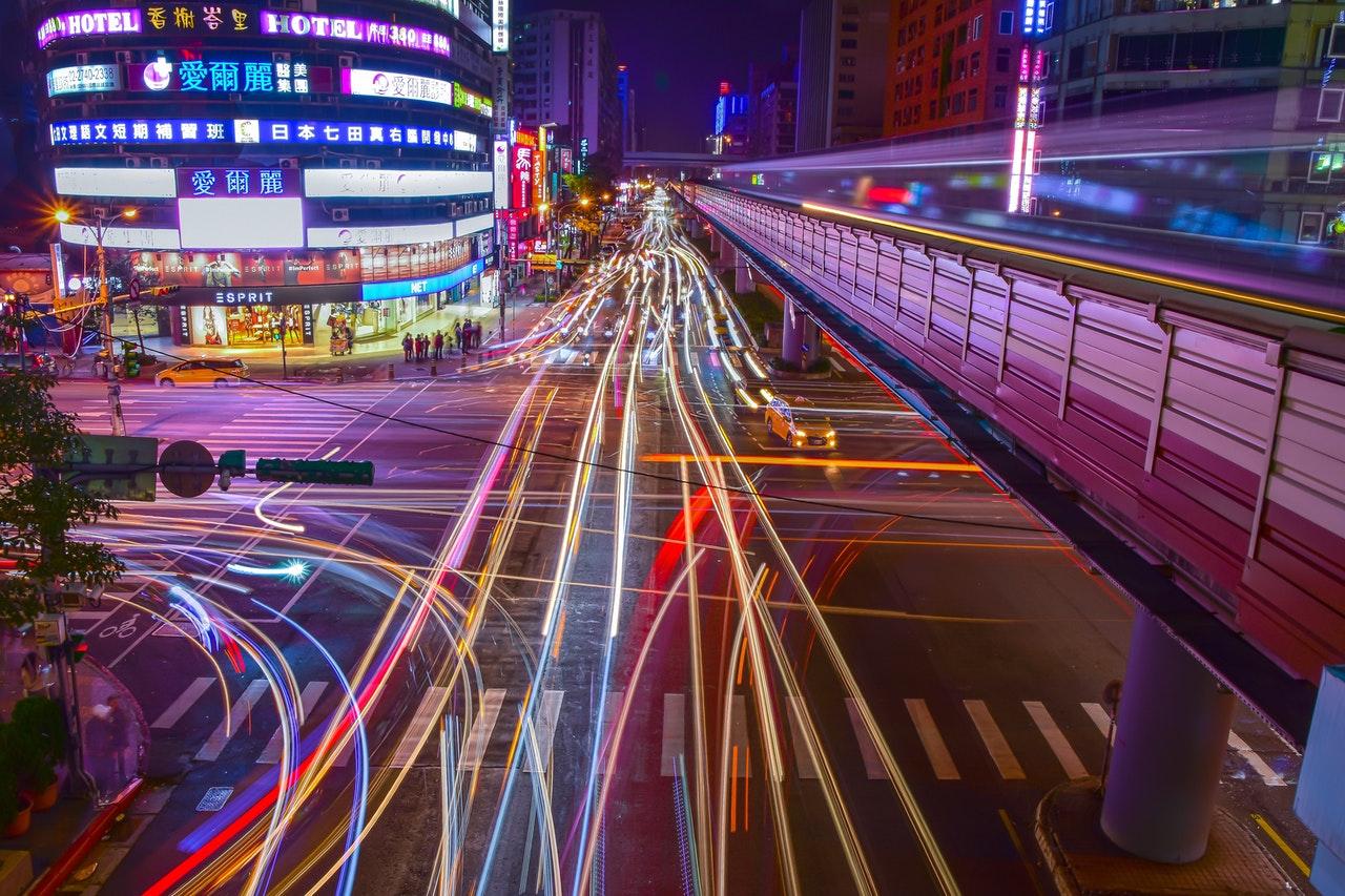 Verkeerslichten 's nachts met lange blootstelling