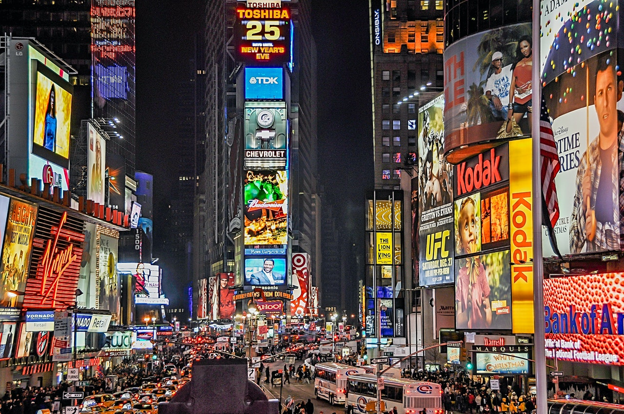 Tabelloni pubblicitari illuminati in una città di notte
