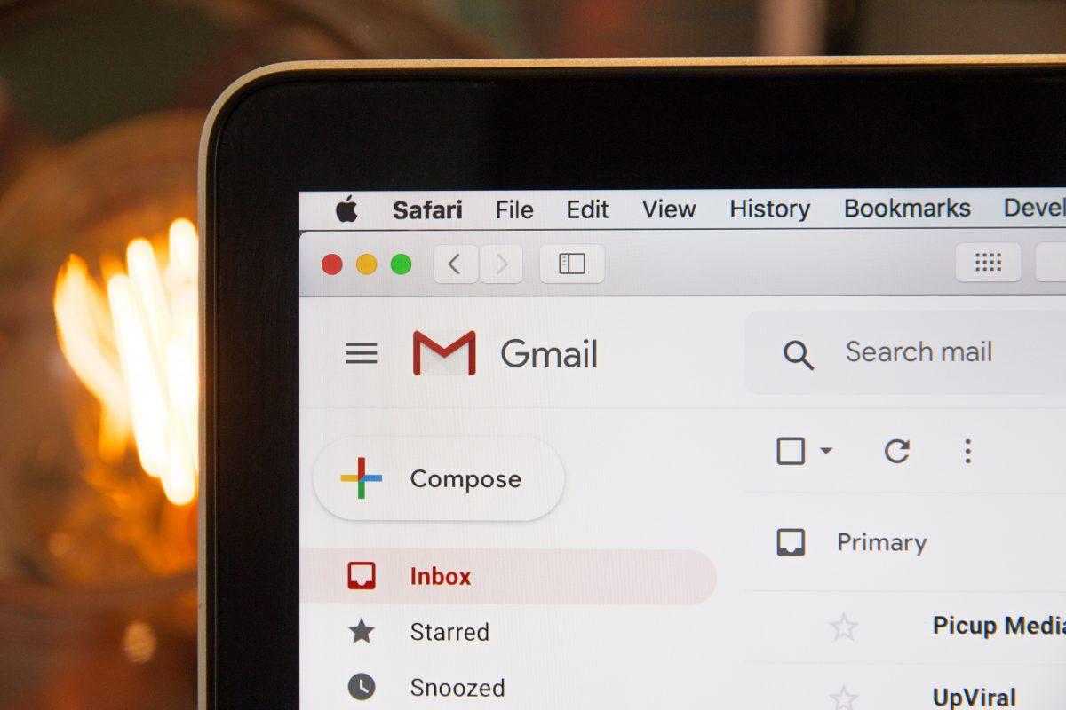 Caixa de entrada do Gmail aberta na tela do notebook