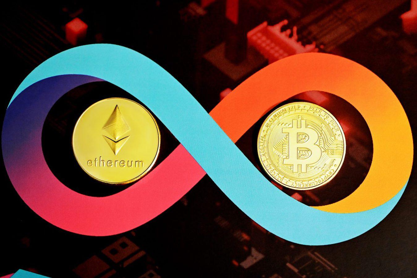 Ethereum y Bitcoin con símbolo de infinito
