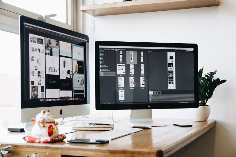 Dois monitores mostrando designs criados no Figma